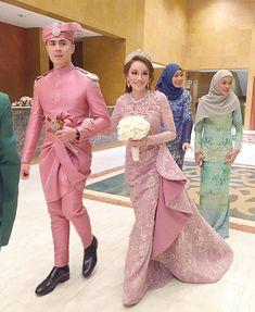 Beautiful Bride a_pippa .Beautiful Dress fiziwoo Makeup artis by khirkhalid Hairdo ckayliow Bridal Hijab, Wedding Hijab, Wedding Suits, Bridal Dresses, Bridesmaid Dresses, Beautiful Bride, Beautiful Dresses, Hijabi Gowns, Malay Wedding Dress