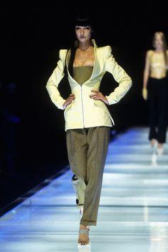 Alexander McQueen Spring 1998 Ready-to-Wear Fashion Show - Erin O'Connor Runway Fashion, Fashion Show, Mens Fashion, High Fashion, Vogue Paris, Alexander Mcqueen Savage Beauty, Erin O'connor, Fashion Seasons, Mannequins