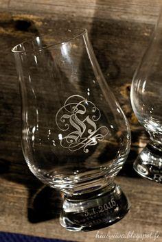 JH monogrammi kaiverrettuna lasiin. - Glass engraving