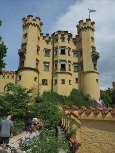 #Schloss #Hohenschwangau im #Allgäu. Wunderschön für eine #Besichtigung. #Heertümlich und viele Eigenschaften. Pisa, Tower, Building, Travel, Beautiful Places, Travel Advice, Viajes, Nice Asses, Rook