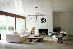 Furniture layout for Living room. This updated mid-century modern house tour perfectly incorporates luxury details, minimal decor, and warm accents for a cozy, welcoming home. Ford Interior, Modern Interior, Midcentury Modern, Luxury Interior, Modern Decor, Decoration Inspiration, Interior Design Inspiration, Design Ideas, Decor Ideas