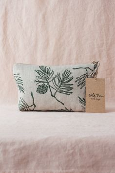 The pattern on the pouches is designed and hand printed by Maria from Wild Fern, which make them truly original! Printed Linen, Printed Bags, Beauty Case, Textile Design, Pouches, Cotton Fabric, Jewelry Accessories, Reusable Tote Bags, Textiles