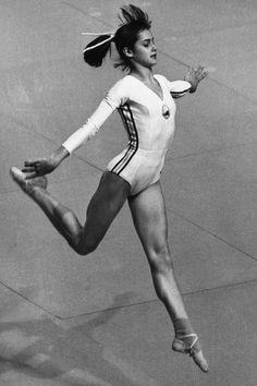 Nadia Comaneci realizando su ejercicio