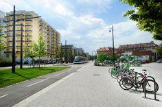 vec ses 56 km de voies et ses 69 stations, Strasbourg dispose du premier réseau de tramway en France. La ligne F qui relie le quartier de l'Elsau à la place d'Islande à l'Esplanade a été mise en service fin 2010 et assure une meilleure desserte de la partie Est du quartier, du campus universitaire et du secteur Spach.
