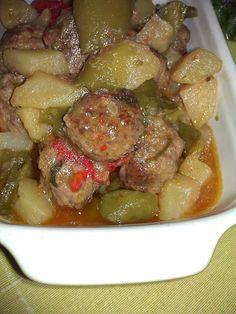 Spezzatino di polpette con peperoni e patate.... Un buon secondo gustoso e succulento! Un modo diverso di cucinare le polpette abbinandole agli ortaggi ott