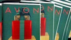 Image copyright                  Getty                  Image caption                     Avon ha sido una fuente de empleo tradicionalmente femenina en sus 130 años de historia.   Avon trasladará sus oficinas centrales al Reino Unido como parte de un esfuerzo para reorganizar su negocio global. Su modelo, basado en las ventas de puerta a puerta y las conexiones sociales, parece remontarse a una época pasada. Avon es sinónimo de amas de casa y madres qu