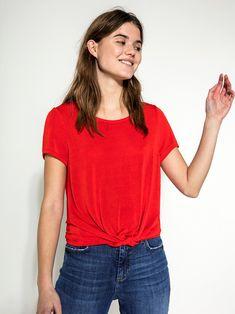 Camiseta roja anudada. Marca Pieces. La camiseta con nudo delantero es una de las tendencias que vuelve y le queda bien a todo el mundo. Petite T Shirts, V Neck, Outfits, Women, Fashion, World, Red, Skirts, Pants