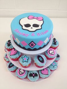 Monster High cupcake tower by Sandra (socake). Found another mh cake for you mh lovers like my daughter. The blonde in the pic.