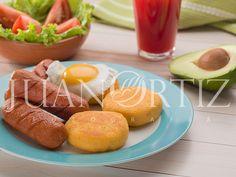 #fotografia alimentos ecuador #yapingachos #chorizo #platitipico #ecuador #fotografo ecuatoriano #fotografo alimentos ecuador #ambato #ecuatorian photographer #plato tipico ambato #huevo #aguacate #ensalada #jugo #mesa #comida #juan ortiz fotografia