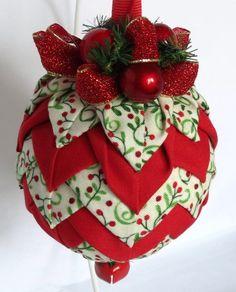 Keepsake matelassé ornements - cloche de Noël - les baies de houx rouge    Tous mes ornements sont fabriqués à la main par moi à laide de rubans, de tissus et de matériel de qualité supérieure. Jai lamour pour coordonner les tissus à laide dimpressions et solides pour un beau contraste, puis garnie de rubans et embellissements. Une décoration de Noël unique pour les vacances. Ornement Dimensions: 3 de diamètre…