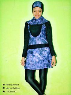 Kode: BRMD201432, Harga: IDR 185.000. Baju renang muslimah dewasa berwarna dasar hitam kombinasi warna ungu motif abstrak. Unik, modis dan elegant. Model baju dan celana renang terpisah, dilengkapi jilbab. Resleting disisipkan di depan baju untuk memudahkan pemakaian.