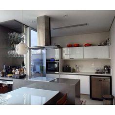 Mobiliário branco para compor com o Silestone cinza da bancada e bar #signcasa #silestone #cozinha #cozinhagourmet