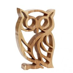 """Houten uil, houtsnijwerk - 20x30 cm. Hoot Owl, not sure of the type of wood, could be Maple or even Bammboo. Whatever, nice piece of scroll saw work. That's saying something for me as I'm really quite sick & tired of the """"Owl"""" fad/trend that's been going on for ages now. This would make an intresting book end in an """"L"""" frame ;)"""