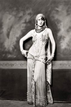 Gorgeous 1920s (ish) goddess YES