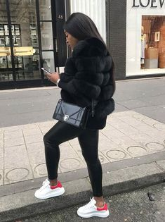 Faux fur luxury jacket Best Picture For Mens Classy Style casual For Your Taste You are looking for Winter Outfits For Teen Girls, Winter Fashion Outfits, Fall Winter Outfits, Look Fashion, Autumn Fashion, Nike Fashion, Fur Fashion, Luxury Fashion, Fashion Women