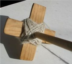 Cheap Twills: How to Make a Simple Turkish Style Drop Spindle Diy Spinning Wheel, Spinning Wool, Hand Spinning, Clover Pom Pom Maker, Drop Spindle, Paper Basket, Weaving Techniques, Fibres, Fabric Art