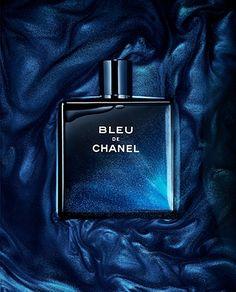 Les fonctions    - Le contenant : Bleu de Chanel est un parfum facile à porter aux teintes fruitées, qui se destine aussi bien aux jeunes hommes(18-25ans) qu'aux hommes ayant les moyens de se l'offrir. - Le décor : le flacon est reconnaissable par son aspect bleu nuit, et son écriture blanche. De même le bouchon aimanté est marqué du logo Chanel.