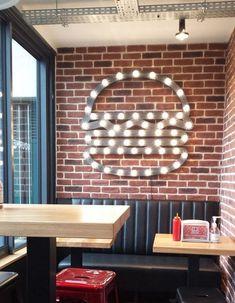 83 stylish restaurant interior design ideas around the world 20 Pizzeria Design, Design Bar Restaurant, Decoration Restaurant, Burger Restaurant, Fast Food Restaurant, Burger Bar, Restaurant Interiors, Gourmet Burger, Cafe Design