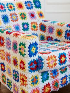 Crochet granny square chair -- great for Yarn Day in October---thanks bd Crochet Home Decor, Crochet Crafts, Yarn Crafts, Crochet Projects, Yarn Bombing, Crochet Vintage, Love Crochet, Knit Crochet, Crochet Squares