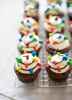 Christmas Light Cupcakes - Baked Bree This would also be a cute way to decorate cookies for Santa Christmas Snacks, Christmas Cooking, Holiday Treats, Holiday Recipes, Holiday Cupcakes, Christmas Cupcakes Decoration, Diy Christmas, Thanksgiving Sides, Christmas Parties