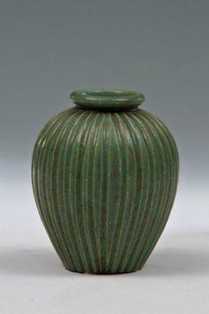 Vase Arne Bang, Schweden, um 1915 Steinzeug, grüne, teilweise kristalline Glasur. Bez.: AB 124 (schwarz, gemalt). H. 11,8 cm