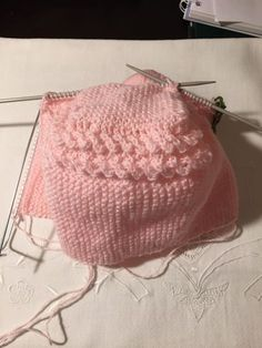 Claudelina-gorroCarlota (1) Crochet Baby Hat Patterns, Crochet Baby Hats, Baby Knitting, Knitted Hats, Knit Crochet, Beautiful Babies, Drawstring Backpack, Free Pattern, Beanie Babies