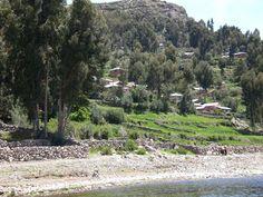 Isla Amantani en el lago Titicaca vista desde la lancha.