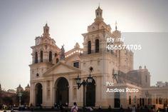 Córdoba, Argentina - 30 octubre de 2012: Vista frontal de la Catedral de Córdoba, con el sol detrás y por la tarde, mientras la gente pasa cerca de su plaza de San Martín.