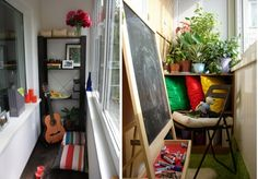 Cooler kleiner Balkon – 40 kreative und praktische Ideen - terrasse balkon winzig kompakt idee blumen sitzkissen gittarre