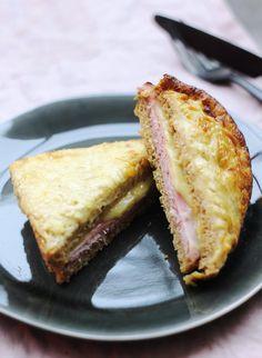 """Nous nous sommes inspirés de la recette de Philippe Conticini du livre """"CROQUES"""" aux éditions Marabout. Le chef revisite le traditionnel croque-monsieur en remplaçant la béchamel par une sauce crémeuse au fromage et balsamique. À croquer !"""
