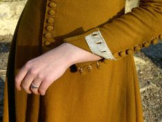 14th century buttons and buttonholes
