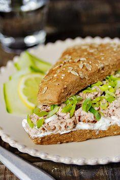 Broodje tonijn met Griekse yoghurt en zongedroogde tomaatjes.