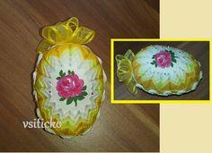 Vajíčko+s+růžičkou+ve+žluté+Velikonoční+patchworkové+vajíčko