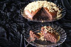 Torta all'acqua con cioccolato e glassa di miele di castagno e nocciole delle Langhe