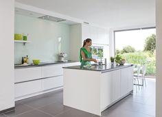 Moderne keuken - Realisaties - Keukens - Deba Meubelen Kitchen Island Table, Modern Kitchen Island, Minimal Kitchen, Cozy Kitchen, Open Plan Kitchen, Modern Kitchen Design, Home Decor Kitchen, Kitchen Furniture, Kitchen Interior