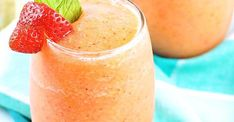 Strawberry peach white wine slushies: The perfect colorful cocktail to enjoy the summer Cocktails Vin, Cocktail Drinks, Sauce Au Miel, Colorful Cocktails, Saveur, Sangria, White Wine, Smoothies, Beverages