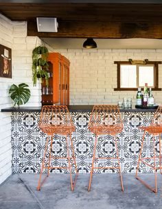 Tour a Stunning Home Makeover with Around-the-World Style. The generously sized bar and courtyard pool often lure guests outdoors. Pops of bright orange against black-and-gray encaustic tiles reflect the owners' fondness for SoCal's classi Decor, Outdoor Bar, Bar Furniture, Outdoor Tiles, Outdoor Kitchen Design, Courtyard Design, Outdoor Kitchen Bars, Outdoor Bar Furniture, Modern Courtyard