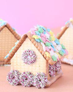 In 5 Minuten ein kleines Lebkuchenhaus aus Butterkeksen? Ja das geht! Auf dem Blog zeigen wir euch heute ganz genau wie wir das gemacht haben😊#lebkuchenhaus #butterkeks #gingerbreadhouse #kinder #familie #momlife #lebkuchenhäuschen #pastell #pastellover #pastellove #pastelliebe #prettypastels #prettyinpink #pink #acolorstory #backen #liveiscolorful #diy #diys #diyproject #fridayfun #backenmitkindern #lebkuchenparty #party #minidrops