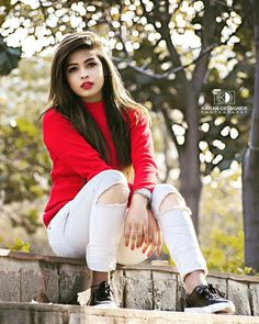 photo poses for girl in jeans top Teenage Girl Photography, Photography Poses Women, Creative Photography, Hand Photography, Dehati Girl Photo, Girl Photo Poses, Stylish Girls Photos, Stylish Girl Pic, Stylish Boys