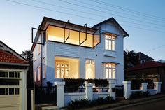 A series of mechanical steel pivot windows were introduced, dramatically opening the upper level to views of Manly, Sydney Harbour and the Pacific Ocean.