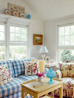 A classic country palette of blue and yellow in over sized gingham and dainty floral chintz is just right for a cozy bungalow.  http://www.ivillage.com/blue-home-decor/7-a-533801