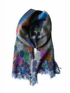 Wollen sjaal met geverfde bloemen. De sjaal is met de hand geverfd met natuurlijke grondstoffen. De sjaal heeft gerafelde randen.