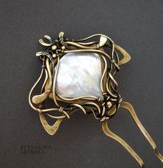 латунь , перламутр подробнее тут http://www.livemaster.ru/item/3588991-uk rasheniya-latunnaya-shpilka-s-perlamutro m