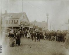 1906 Mineola Spectators on Jericho Turnpike/Willis Avenue in front of Thomas Flyer headquarters at Krug's Hotel, 1906 Vanderbilt Cup races