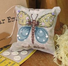 Butterfly pillow with paints Freehand Machine Embroidery, Free Motion Embroidery, Free Motion Quilting, Embroidery Applique, Sewing Appliques, Applique Patterns, Applique Designs, Embroidery Designs, Applique Cushions