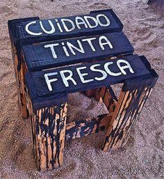 """DIY wooden bench """"care fresh paint"""" See here: http://customizando.net/como-customizar-um-banco-de-madeira-de-um-jeito-divertido/"""
