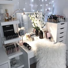 Beauty corners with a lil bit of sparkle ✨. You all know I love a good fairy light to create that gorgeous vanity feel ✨ but to get some extra makeup lighting I picked up the Jansjo light from IKEA in copper ($20). . Super easy to pop wherever you like to