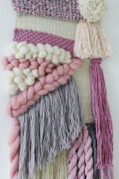Tejido del colgante de pared | Tapestry| tejidas a mano Arte de pared de tejer | Telar del colgante de pared | Vivero | Marfil, crema, rubor, rosa, gris | Borlas trenzadas  Esta llena de texturas tejer está garantizado para alegrar cualquier habitación cuelga en. Con todas las fibras naturales y usando una variedad de técnicas de tejido. Este tapiz es de una selección de bellas e hilados de alta calidad como merino itinerante, lana de alpaca, cinta del algodón, hilado de lanas, hilado de…