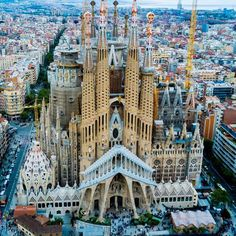 Spain - La Sagrada Familia is a giant basilica in Barcelona that has been under construction since 1882 and was designed by the architect Antoni Gaudi. Cool Places To Visit, Places To Travel, Places To Go, Places Around The World, Around The Worlds, Architecture Unique, Barcelona Architecture, Voyager Loin, Antoni Gaudi