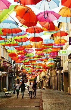 Hübsche Idee mit Regenschirm-Überdachung, Águeda in Portugal